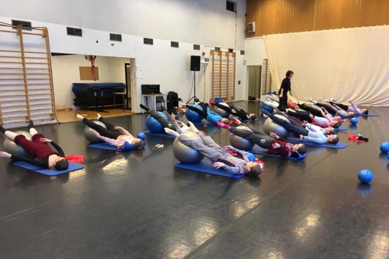 Elever får undervisning i Progressing Ballet Technique.