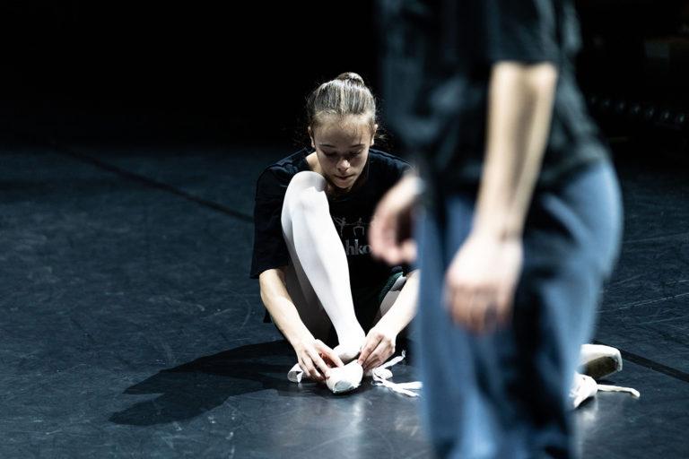 Ung danser tar på seg tåspiss-sko.