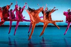 Mange dansere som hopper.